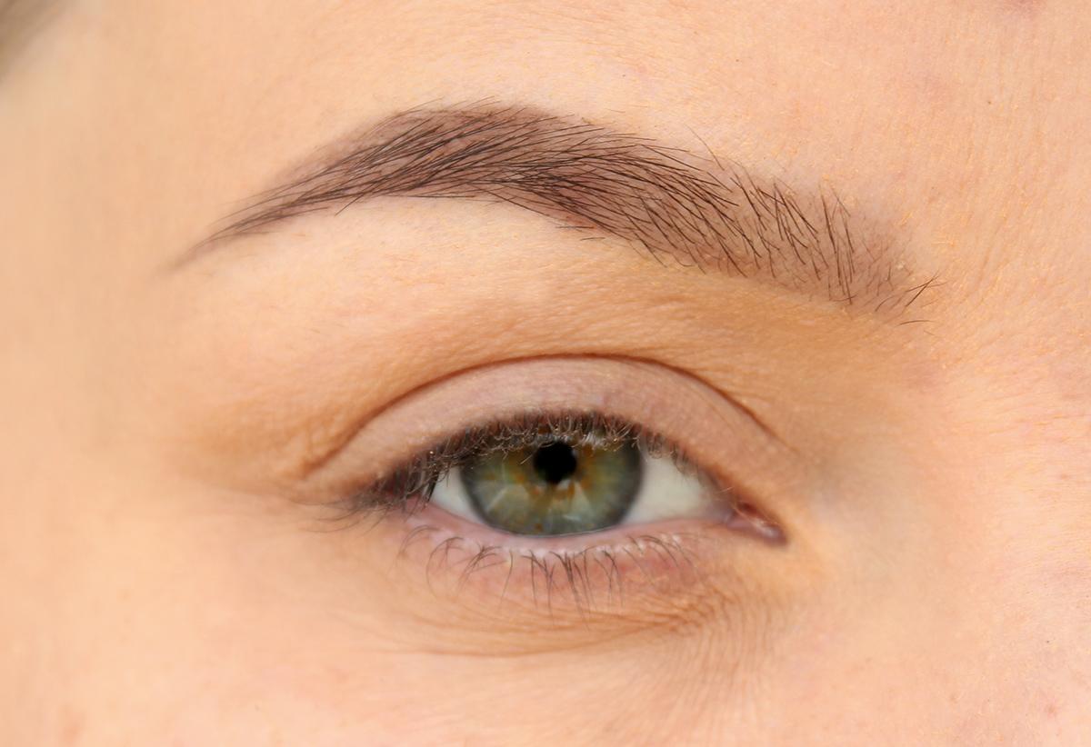 få bort ögonbrynsfärg från huden
