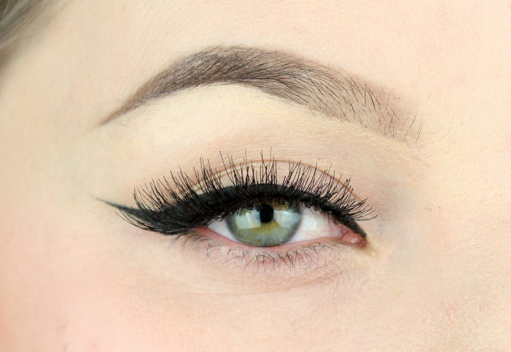 Sminkning  med fokus fransar och eyeliner. - 2e455c70d5424